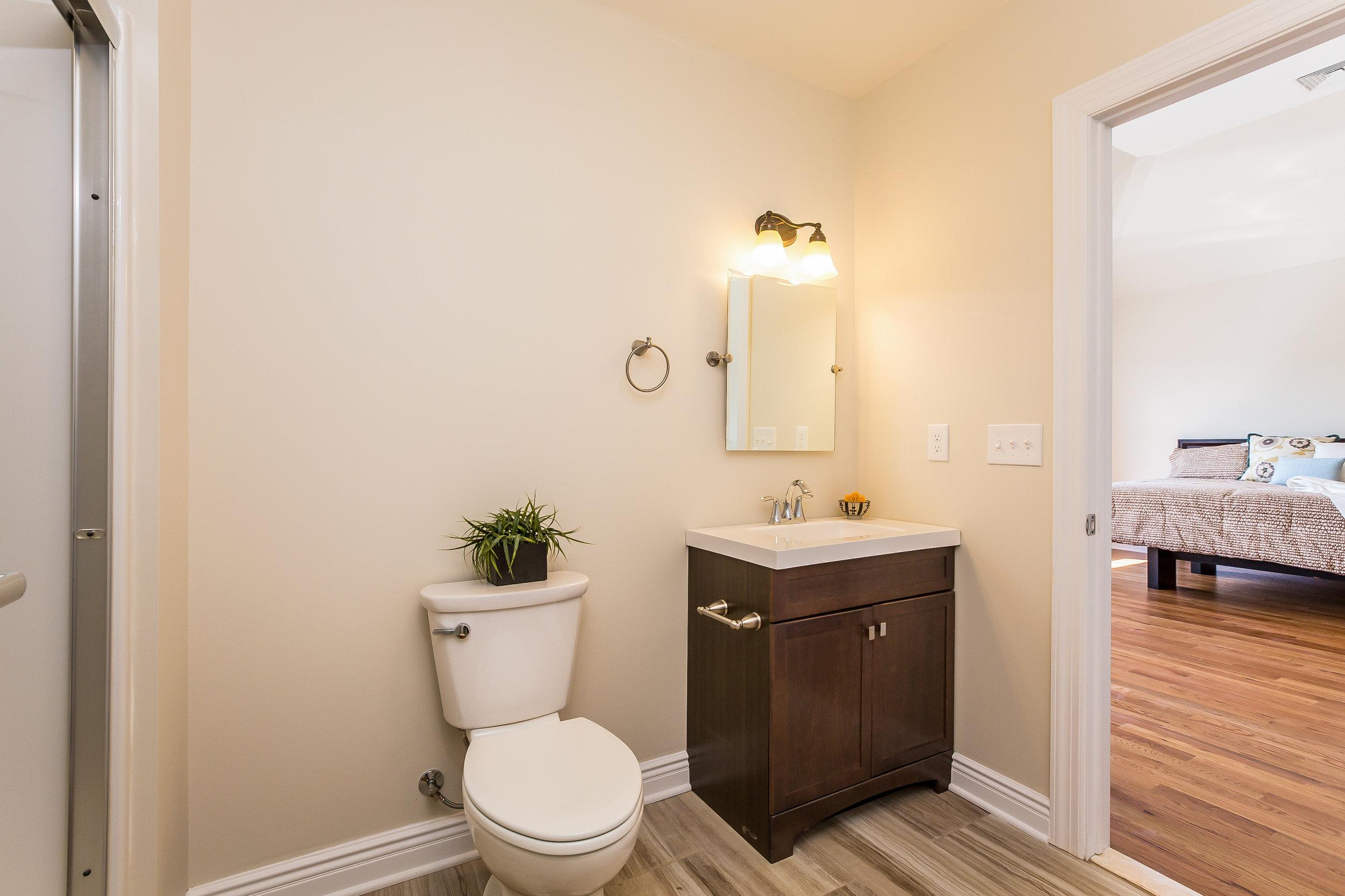 048-Master_Bathroom-3992668-large.jpg