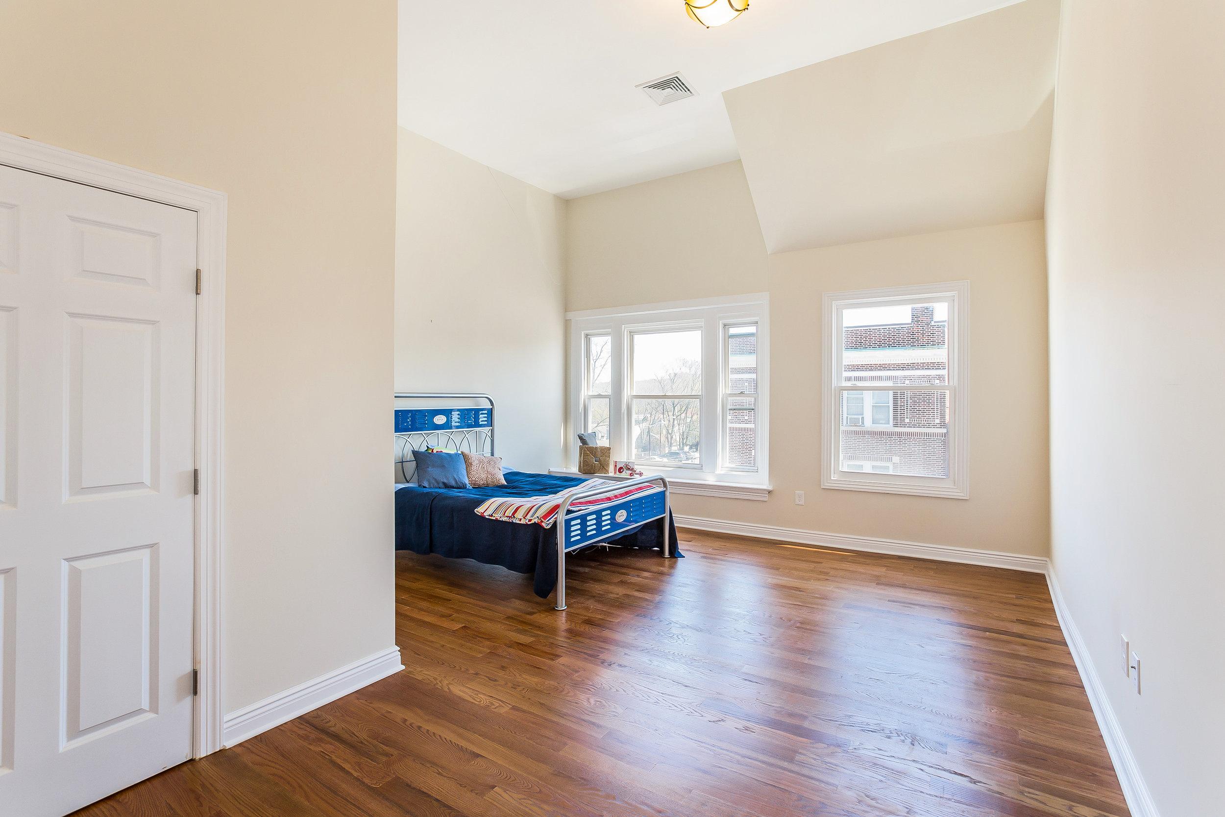 051-Bedroom-3992664-large.jpg