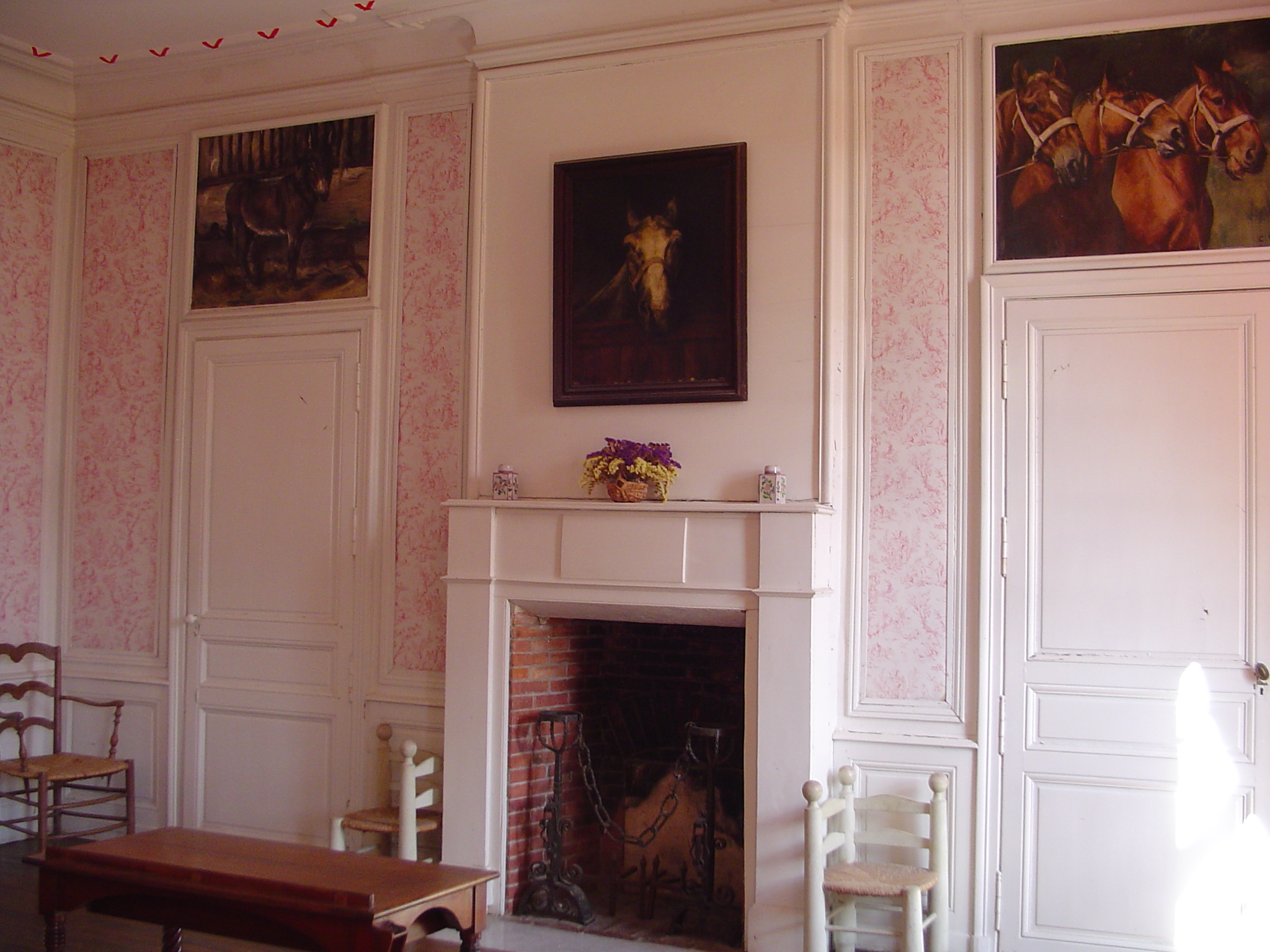 Chambre rouge fireplace.jpg