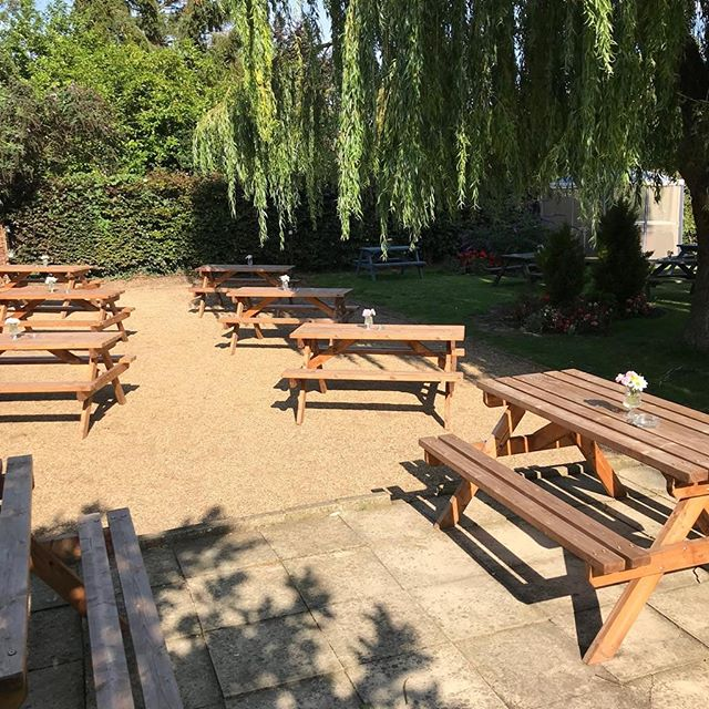 Beautiful bank holiday weather🌞 what better way to spend this sunny weekend than in our gorgeous pub garden 🍻