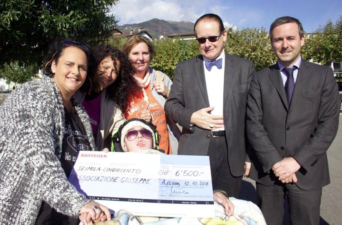 13.02.2015   Il Presidente Filippo Ris consegna l'assegno all'Associazione Giuseppe