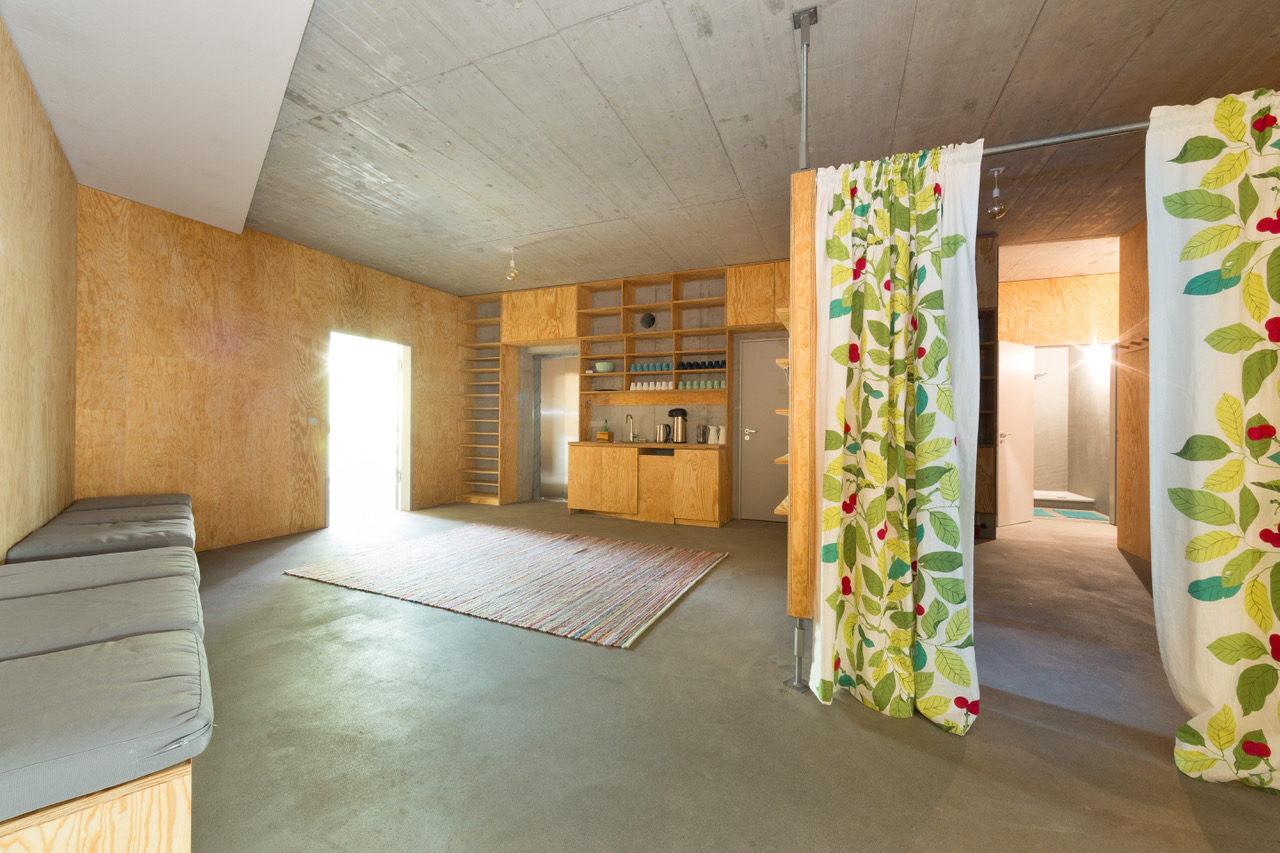 46,5 qm Community Room, Kitchen, Changing, Showers, …,  Foto: Aubrey Wade