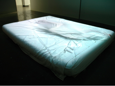 Briele Hansen, Untitled (2003-07), digital projection, queen size futon bed, white sheets, 3 minutes, 2003-07.