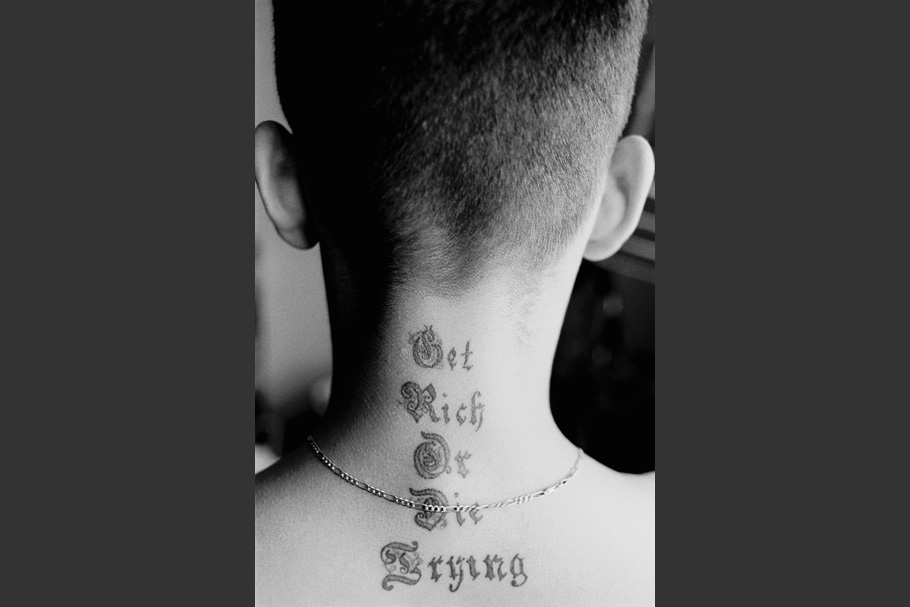 A young gang member on probation shows his new tattoo.  June 2003.  © Kike Arnal