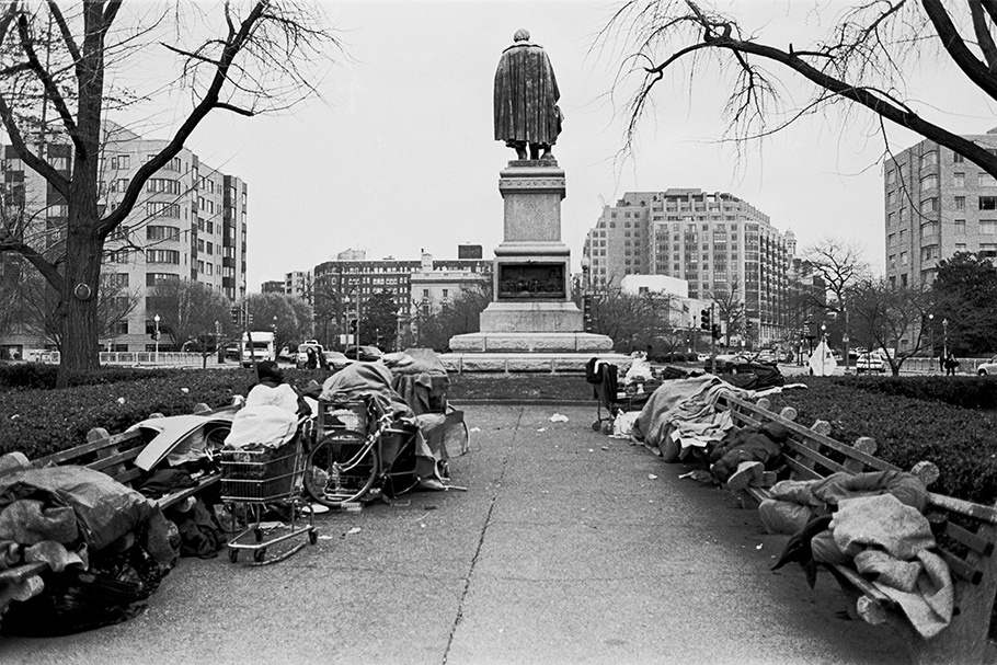 Homeless people at the Daniel Webster Memorial, close to the central and trendy neighborhood of Dupont Circle.  October 2003.  © Kike Arnal