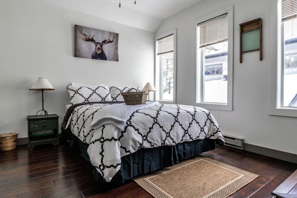 bedroom 3 - lake view queen bed.jpg