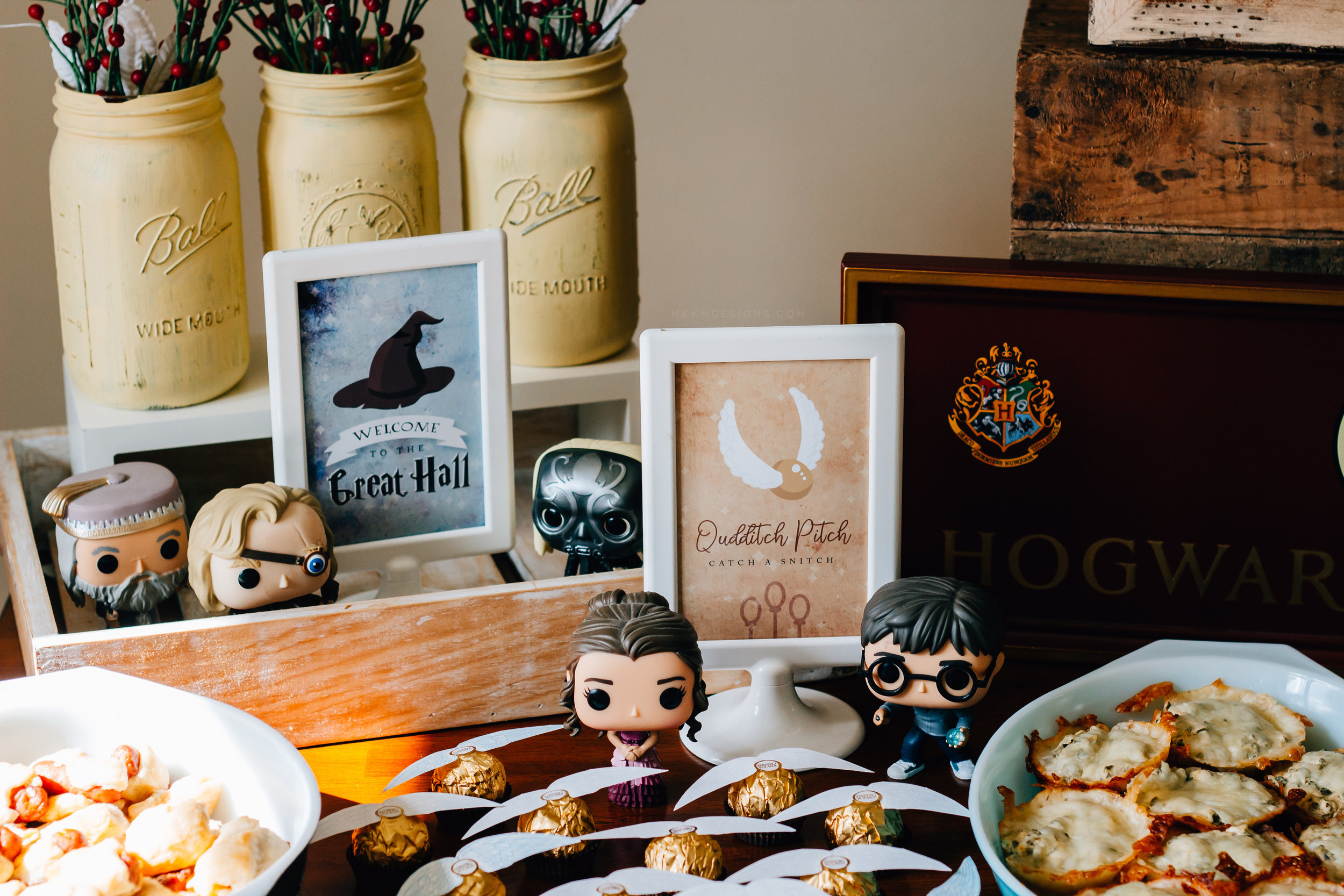 Harry Potter party printables. Grab the free party signs and food cards from shopmkkm.com