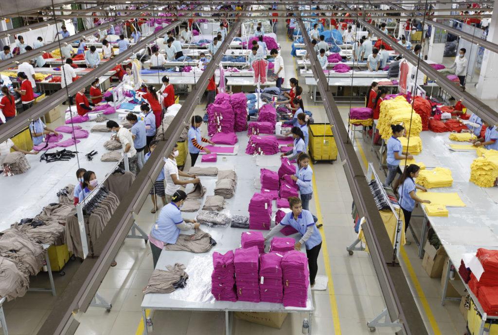 Foto: Mak Remissa/Epa/REX/Shutterstock. Trabajadoras en una fábrica de ropa en Camboya.