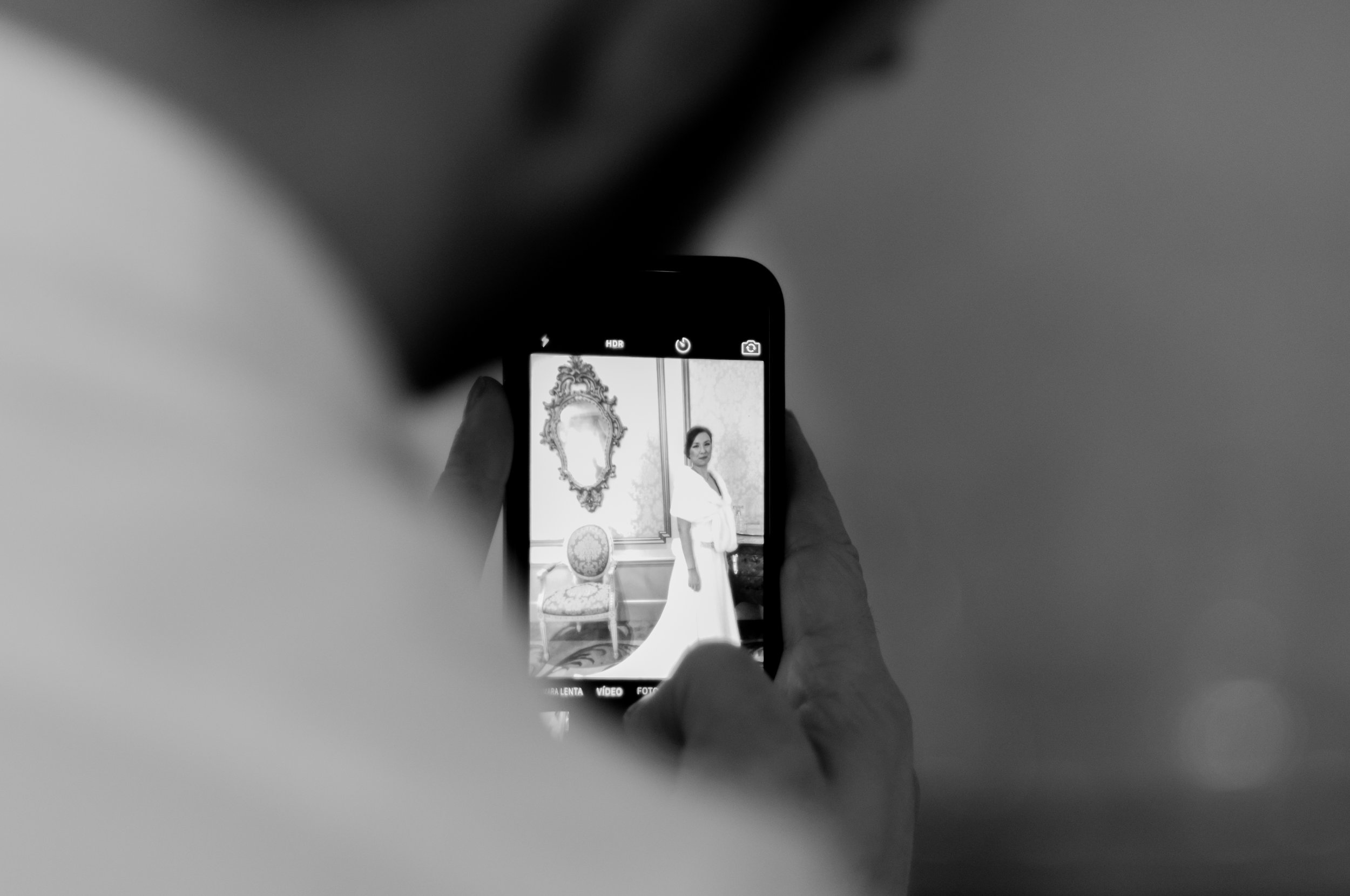 Bride captured with a phone BW guillem cheung wedding bryllup Palace Barcelona