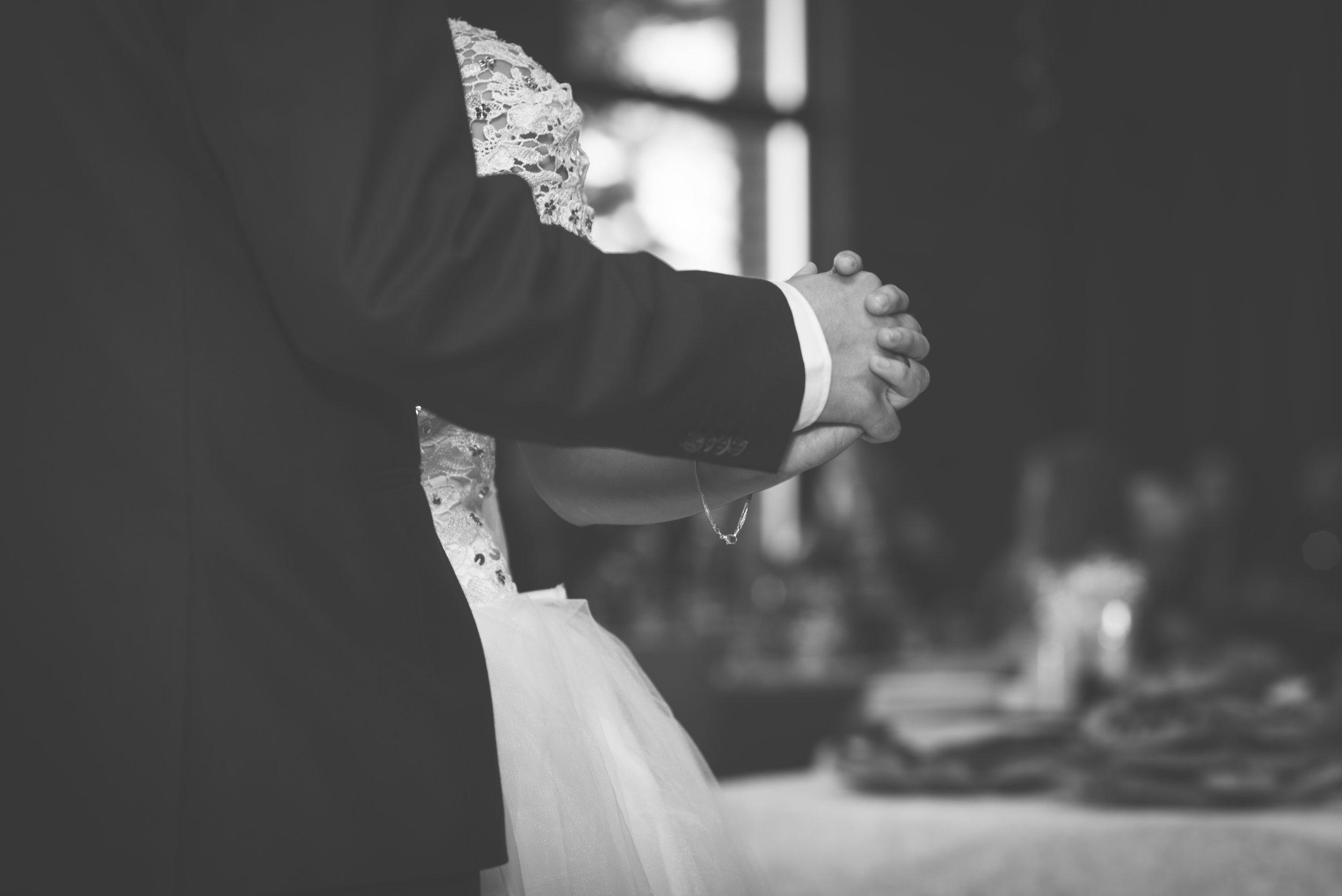 Hands detail first dance BW wedding in Stavanger Guillem Cheung Bryllup