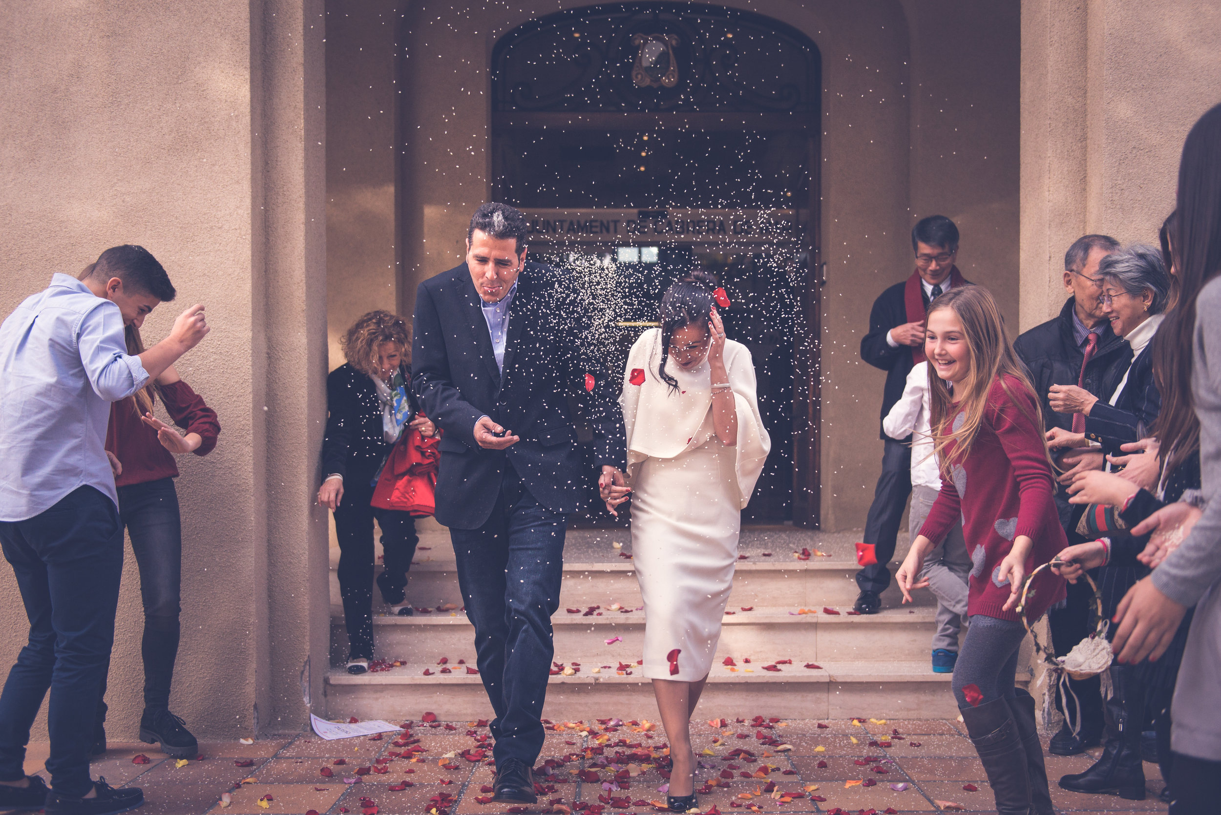 Bride and groom are received with rice Weeding Barcelona Guillem Cheung Bryllup