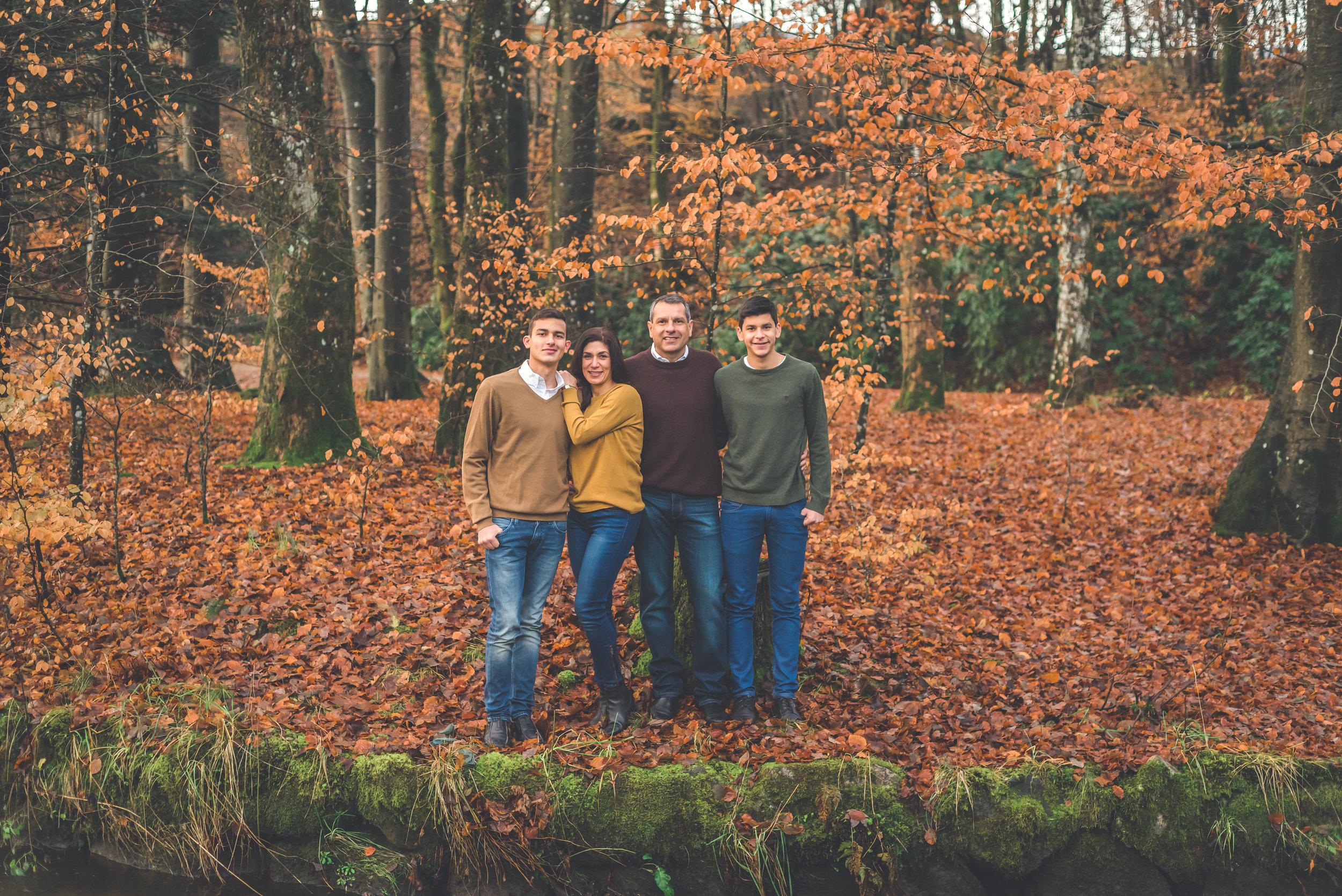 Family in autumn leaves photography outdoor Stavanger Familie fotografering