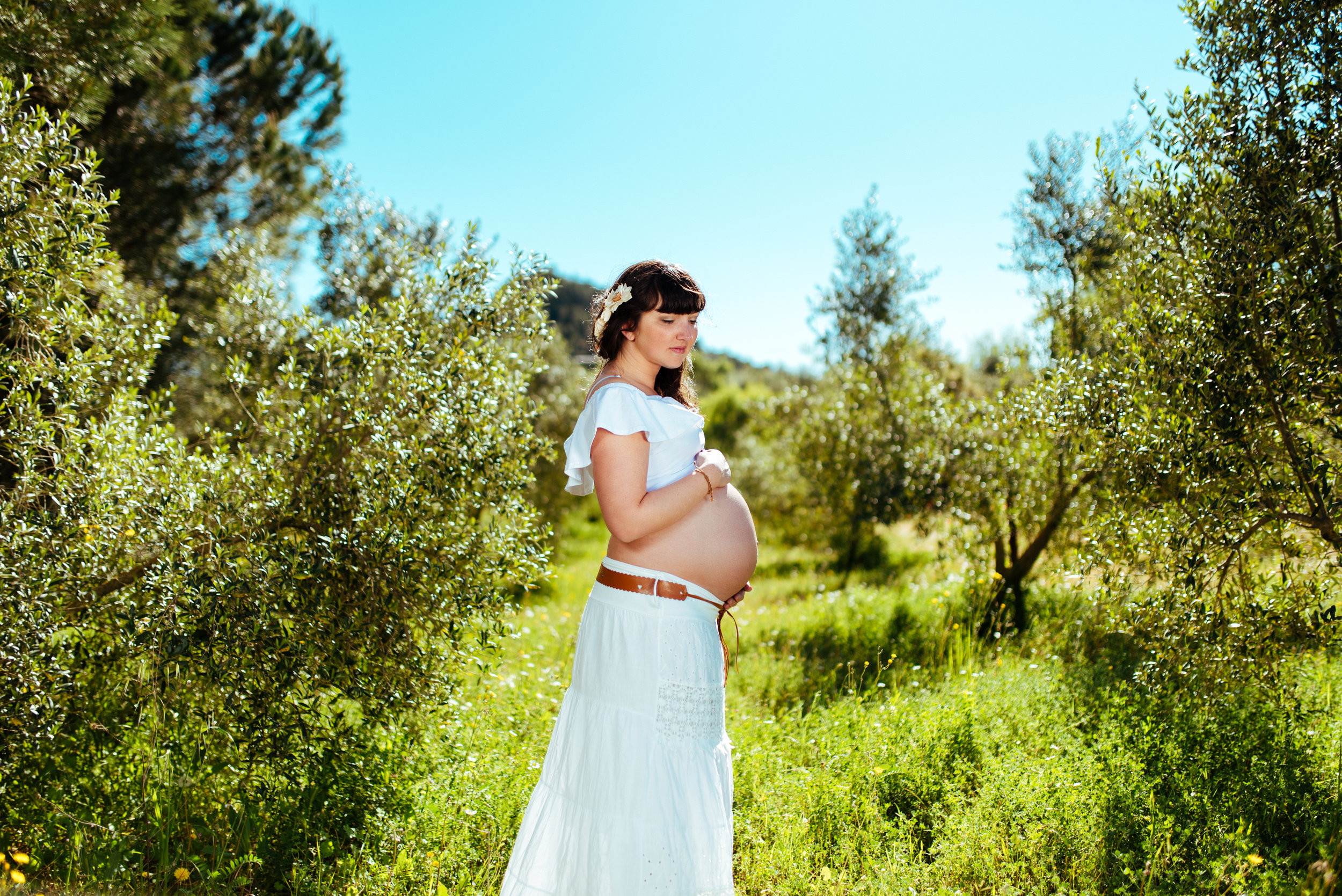 Pregnant girl between olive trees Maternity photography Spain Gravid fotografering