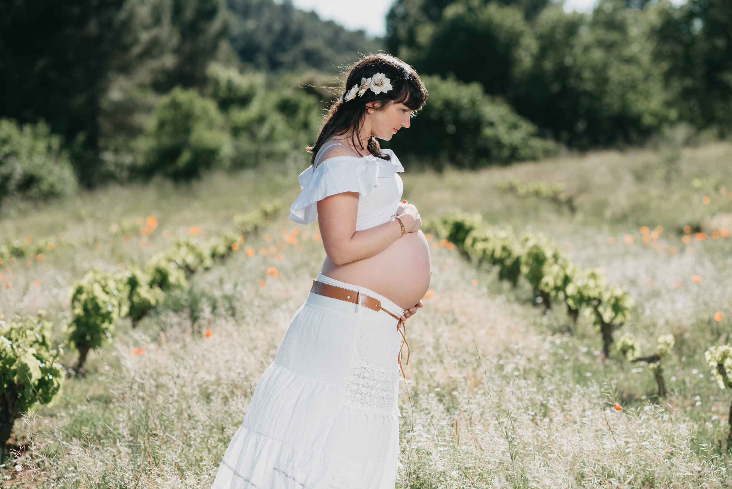 Pregnant girl between vineyards Maternity photography Spain Gravid fotografering