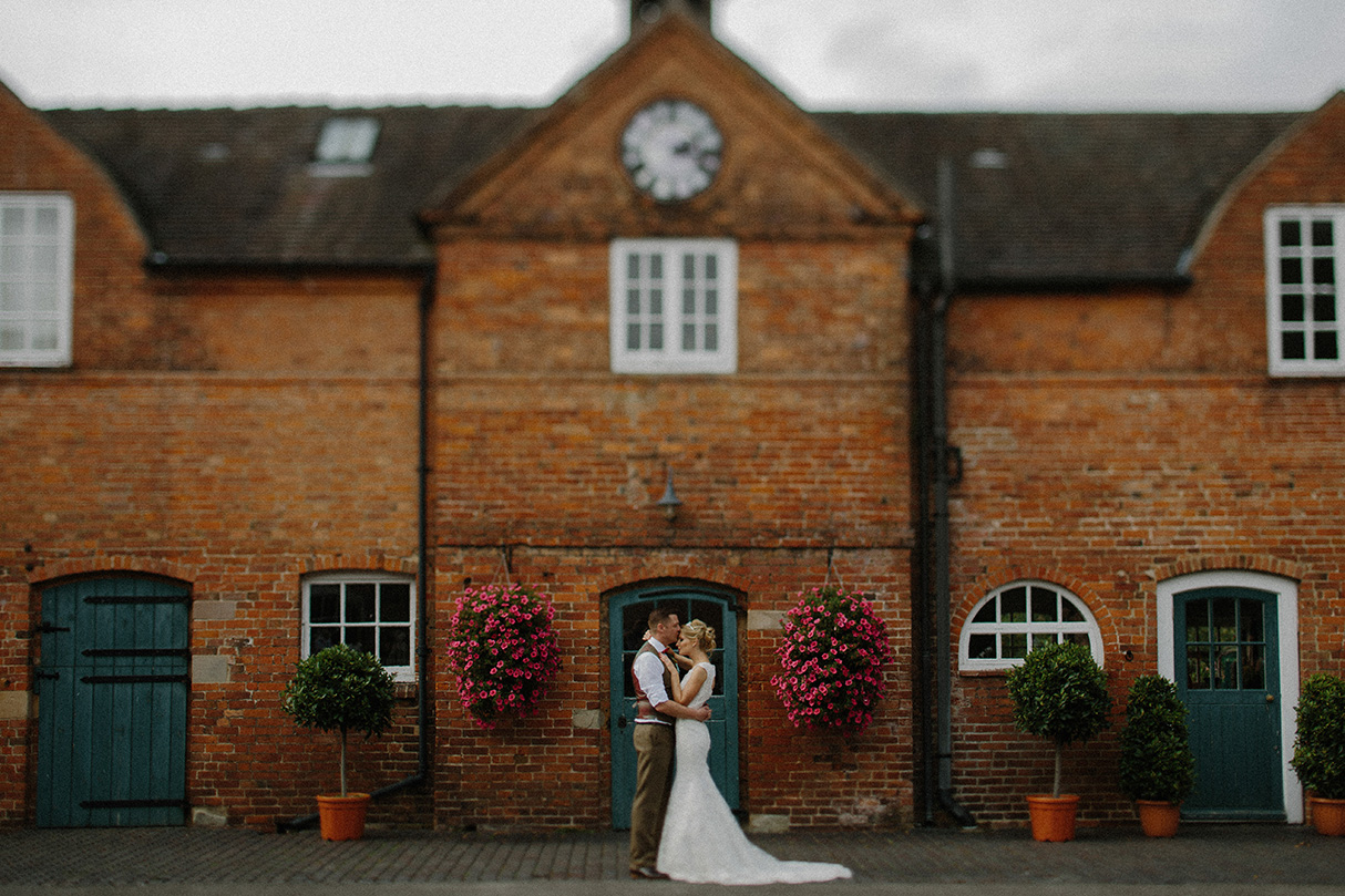 Amazing house behind a beautiful bride and groom