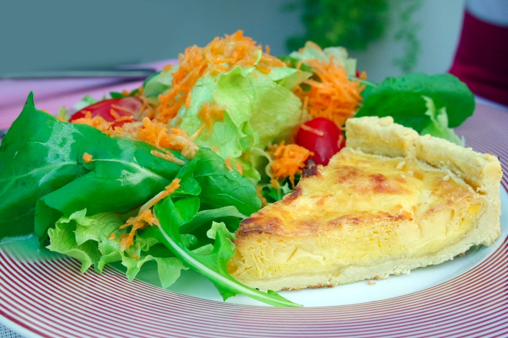 Fatia de quiche de damasco com salada orgÉnica .png