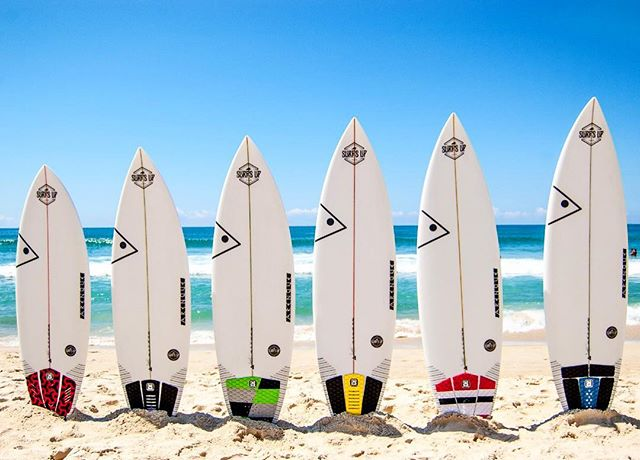 Se liga só nos foguetes 🚀 do @arenquesurfboards disponíveis em Maresias para você surfar e abusar sem medo de ser feliz! . Da esquerda para a direita: 1️⃣ Anarchy 5'4 x 19 3/4 x 2 3/8 - 27,4 L 2️⃣ Skinny Goat - 5'7 x 18 7/8 x 2 5/16 - 26,6 L 3️⃣ Dos Dora - 5'8 x 19 1/8 x 2 5/16 - 27,2 L 4️⃣ Thoothbrush - 5'10 x 18 3/4 x 2 3/8 - 28,2 L 5️⃣ New Dora - 6'1 x 19 1/8 x 2 1/2 - 32 L 6️⃣ Stick Runner - 6'3 x 19 1/4 x 2 1/2 - 32 L  Pranchas disponíveis para reserva no nosso site e retirada no @mauimaresias 📸 @tcharl1e  #surfsup #clubedeprancha #maresias #litoralnorte #quivercompartilhado #quiver #quiverdepranchas #arenquesurfboard #buildinghappiness #thewaveneverends