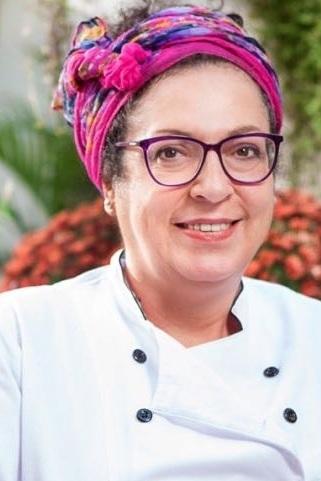 Chef Marília Gonçalves - A cozinha sempre fez parte da minha vida, como fonte de amor e de prazer. Meu repertório é o da cozinha afetiva, e depois de descobrir uma forte intolerância ao glúten e à caseína, encontrei ainda mais motivos para desenvolver pratos que trouxessem todo o sabor da memória sem causar alergias.