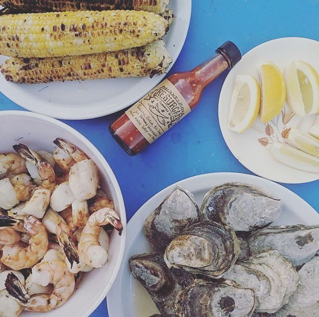 @mileysonsbbq doing it right with this ocean feast! Gotta pack in meals like this before it's soup season again... 🚣🏻♀️☀️🌤🌦🌨⛄️ #summer #food #seafood #raw #fermented #probiotic #hotsauce #local #portland #maine