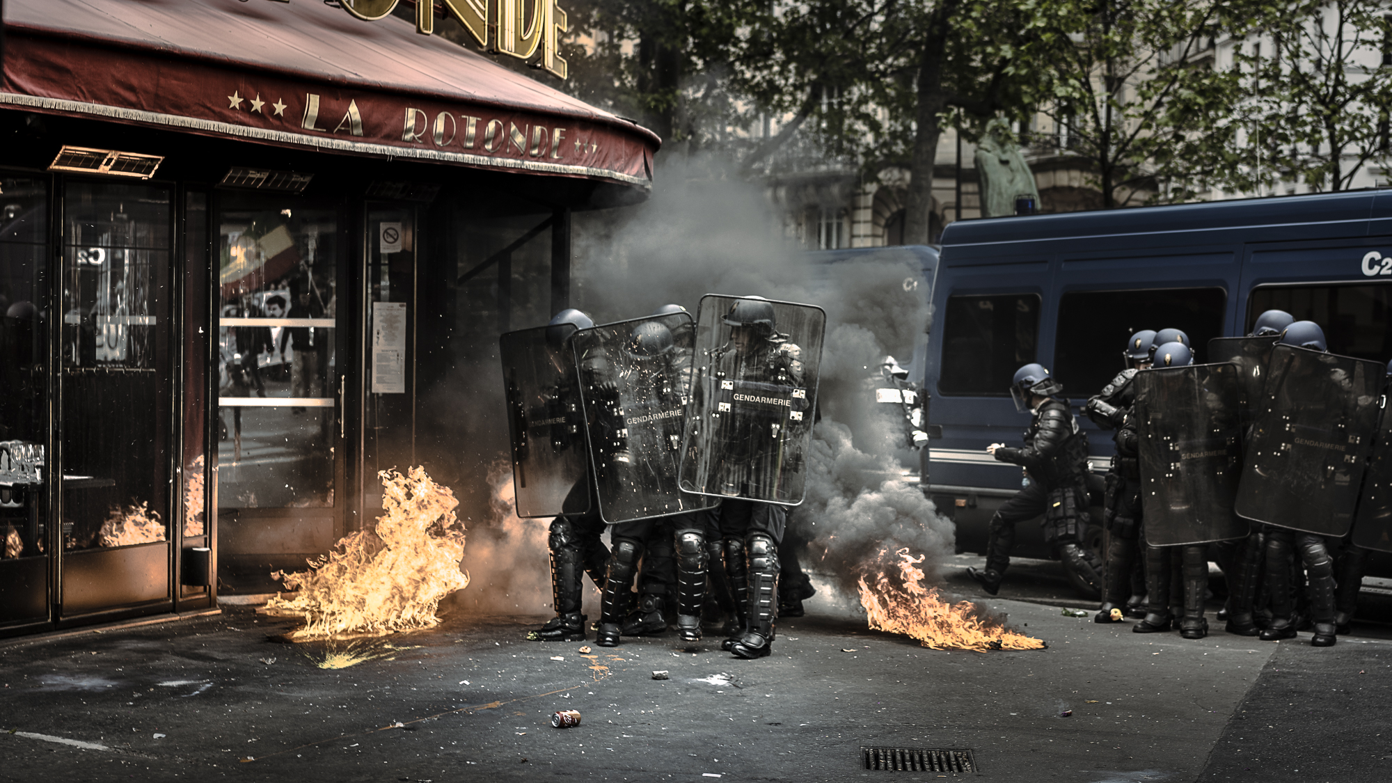 War-like images next to a Parisian cafe