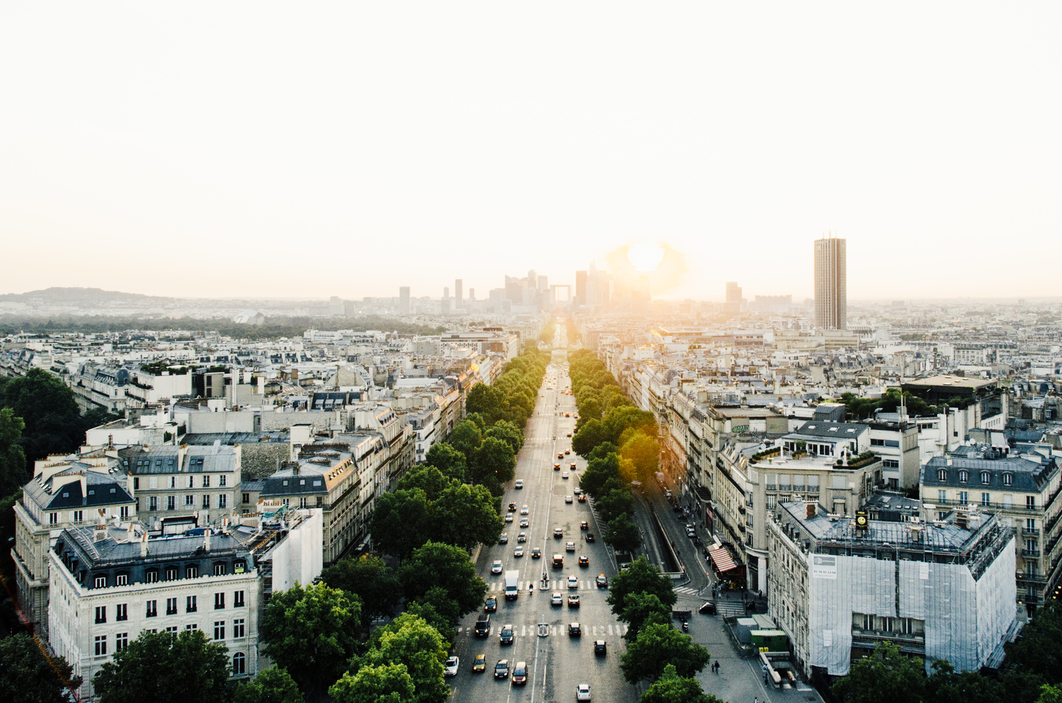 THE afternoon light shines bright - The Parisian buildings shine picture-perfect in the early afternoon light. Juan Jerez knows just how to capture them and the people on the streets. An interview with him. About Instagram and more.by Mick ter Reehorst