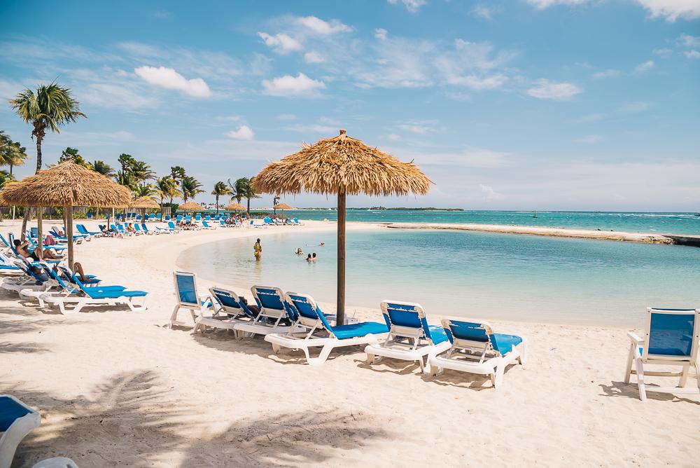 Aruba beach pool www.thetravelpockets.com