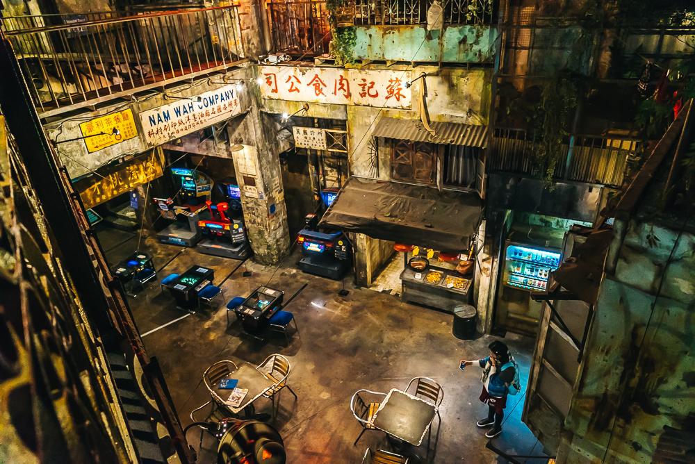 Первый этаж аркады с несколькими столами, стульями и ретро-играми kawasaki warehouse arcade Kawasaki Warehouse Arcade – лучшая аркада в Японии! KAWASAKI WAREHOUSE www