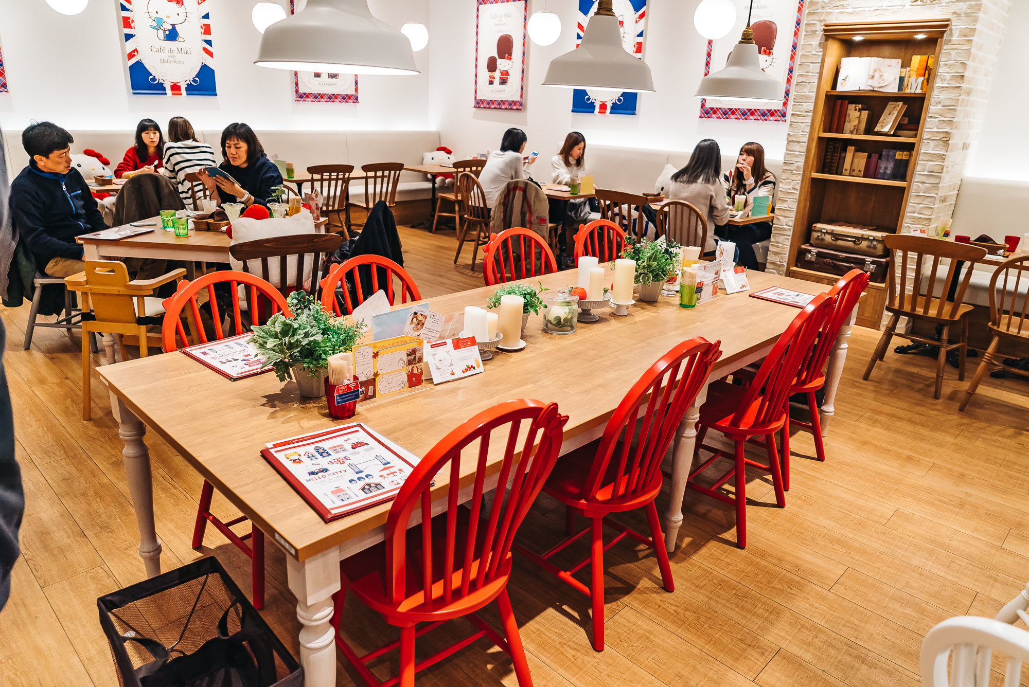 Do you see Hello Kitty's signature bow on the chairs?