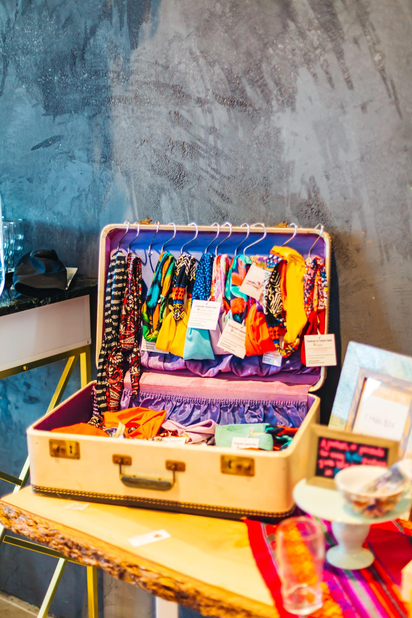 Love this cute vintage suitcase!