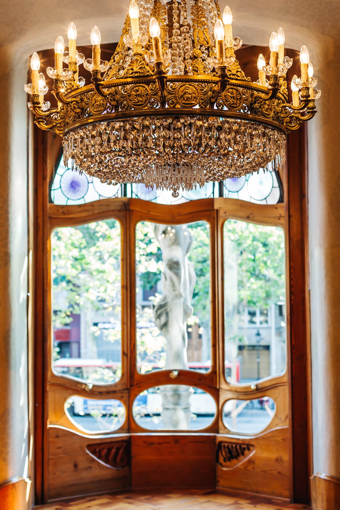 The living room looks out to Paseo de Gracia