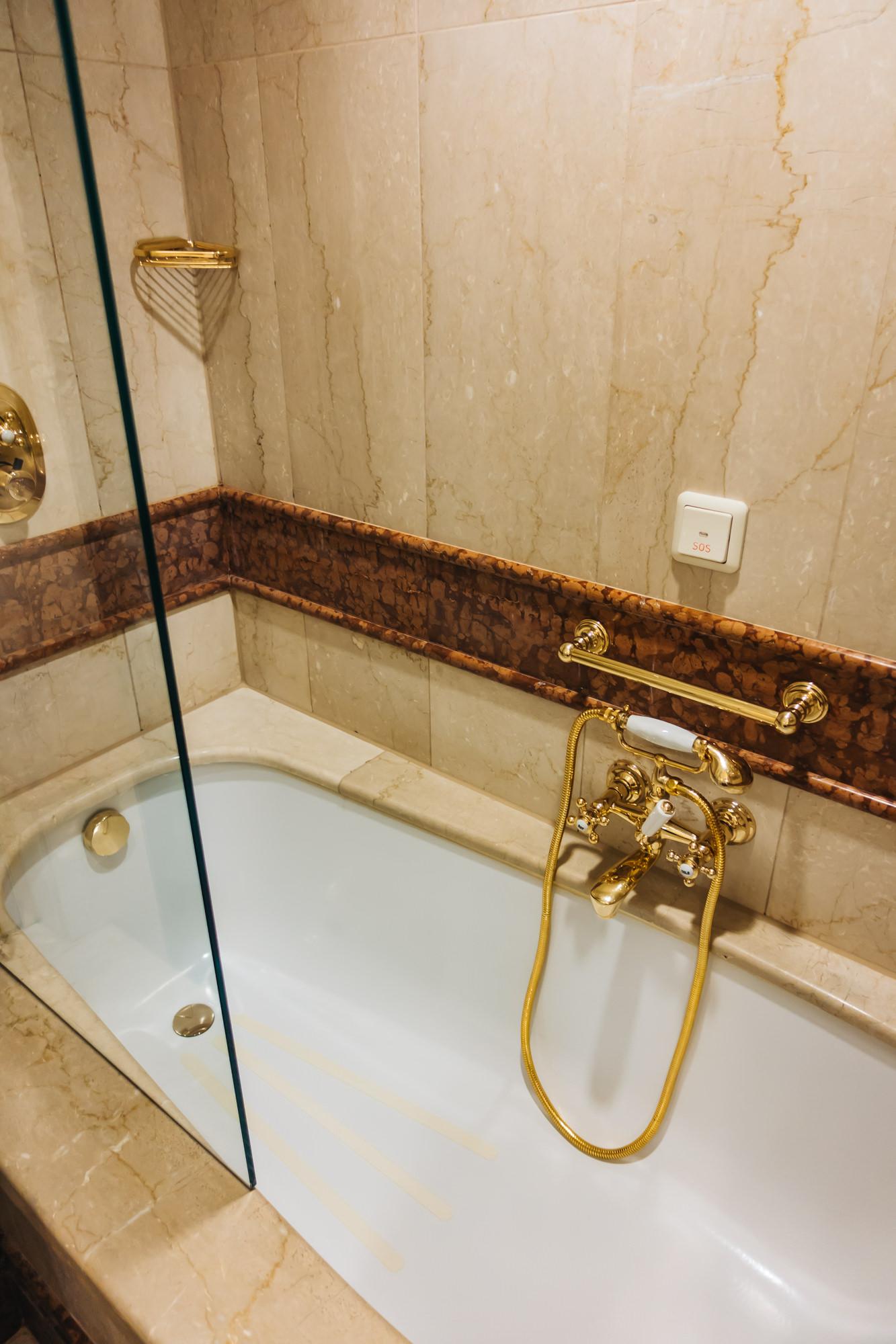 gorgeous bathtub