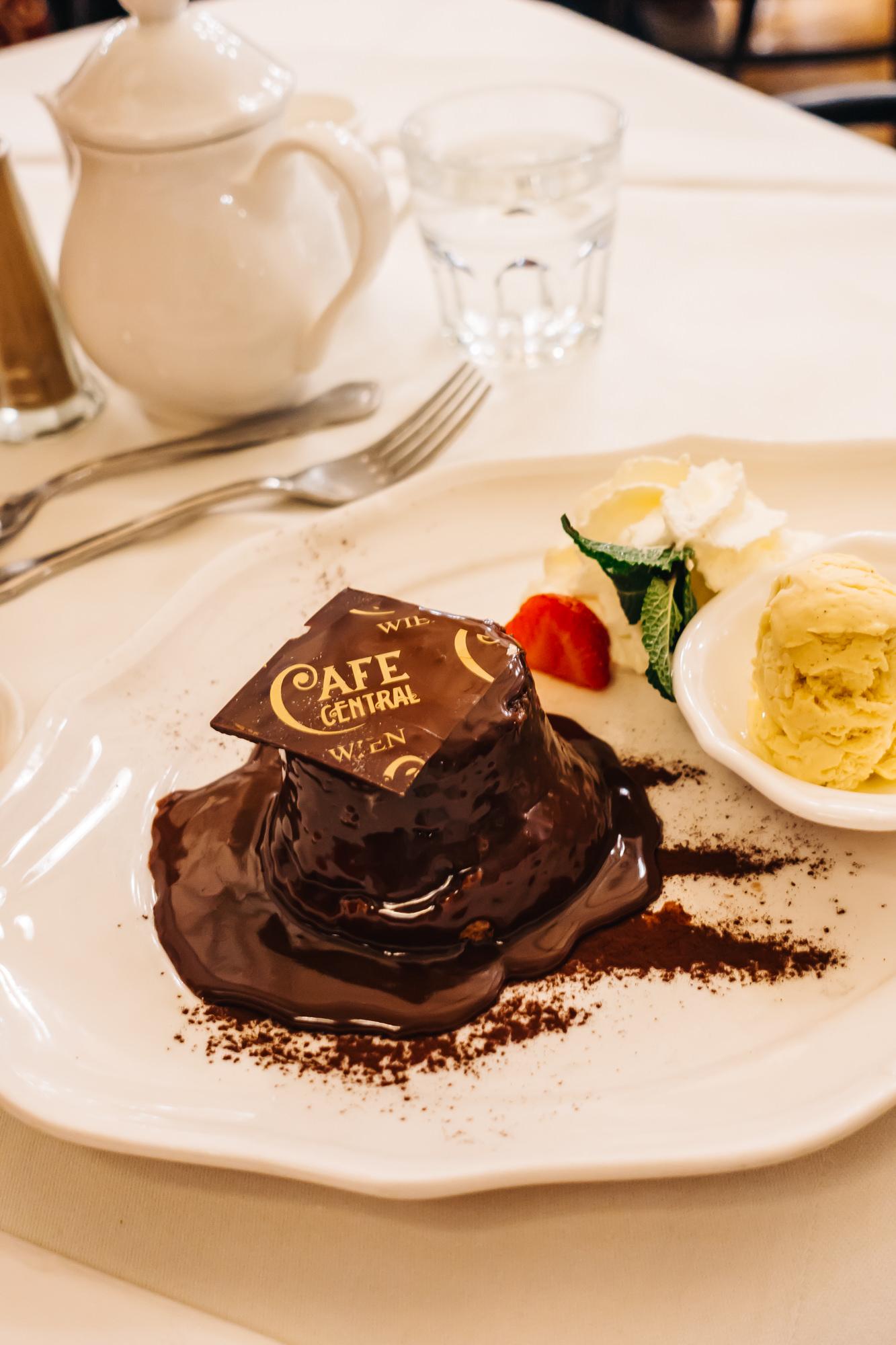 "Warm chocolate cake ""Viennese style"""