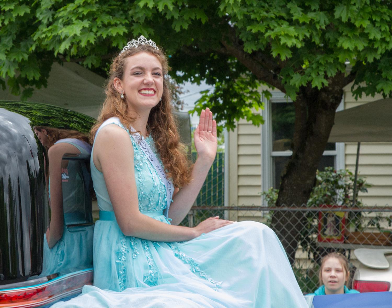 Queen Savannah and Fan