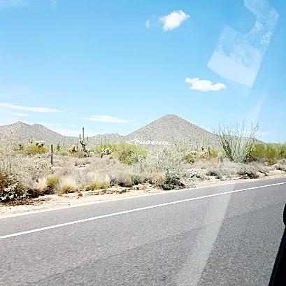 """Phoenix 的地標之一,畫著箭頭指示 """"Phoenix"""" 的山"""