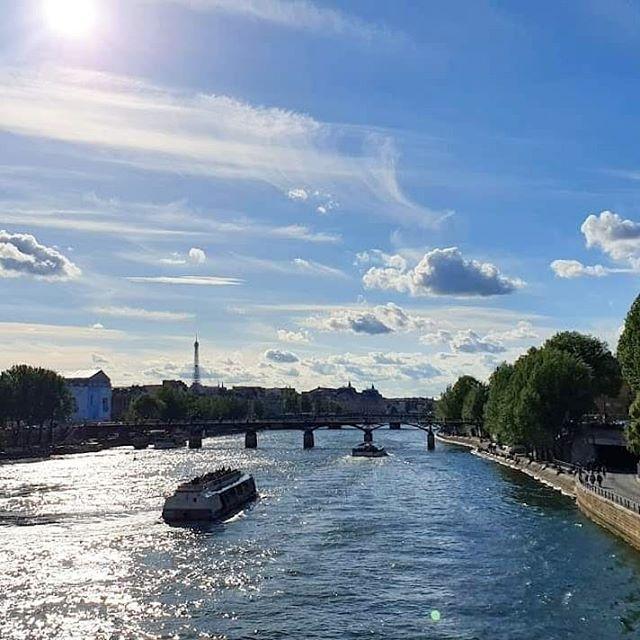 轉到長程機隊後的第一個長班,久得令人不知所措。和空服員 Judy 一起吃飯時,她推薦了我「愛在」三部曲。這次本來要到巴黎跟寇特先生見面,他臨時不能來,心血來潮,不如來踩「愛在」的巴黎景點好了。  從來沒有寫網誌寫得這麼竭盡全力:事前的搜尋、做功課,在巴黎花了兩天的時間走完所有的點,回到台北頭暈暈的就開始寫,撐不住了小睡幾小時,起來繼續寫。  漫步電影場景:愛在日落巴黎時。  #paris #france #beforesunset #laseine #愛在日落巴黎時 #法國 #巴黎 #電影場景 #塞納河 #pilotlife #pilotview #aviationphotography #aviation4u #instapilot #pilot #femalepilot #aviationlovers #aviationdaily #crewlife #layover