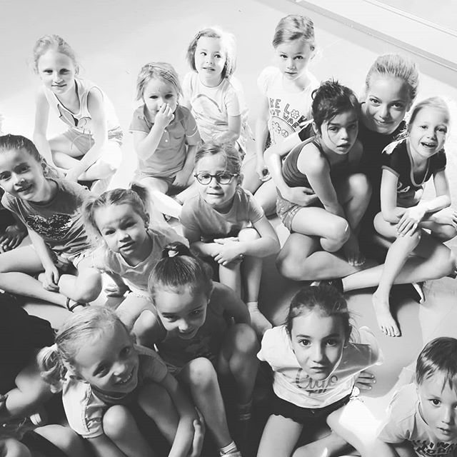 At the start of the day in our dance camp, everyone is sitting cosy together. 🥰  #dancecamp #dansstudioindigo #summercamp #roeselare