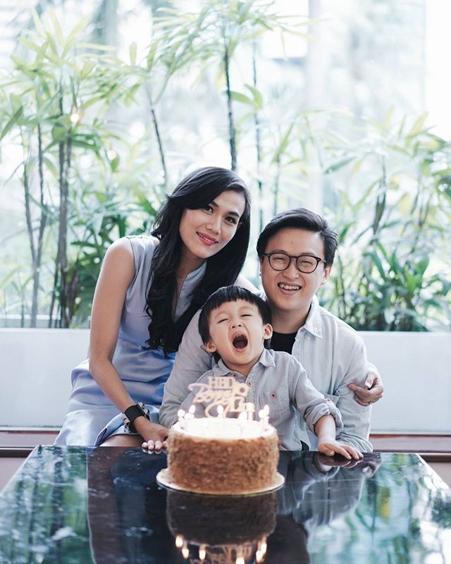 Officially 33 🎂 .  Thank you for the cake @fionaanthony and photo by @dionwiyoko  #birthday #foreveryoung skalian nebeng hashtag dr anak2 @junostories #kobenisturning33 🤣