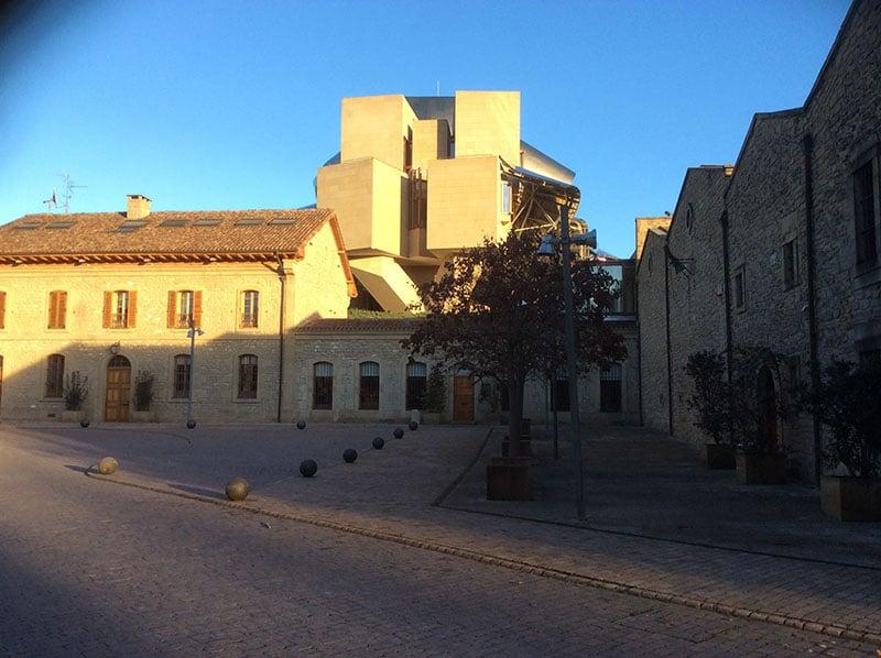 La antigua bodega de Marqués de Riscal en Elciego, Rioja Alavesa, el hotel al fondo