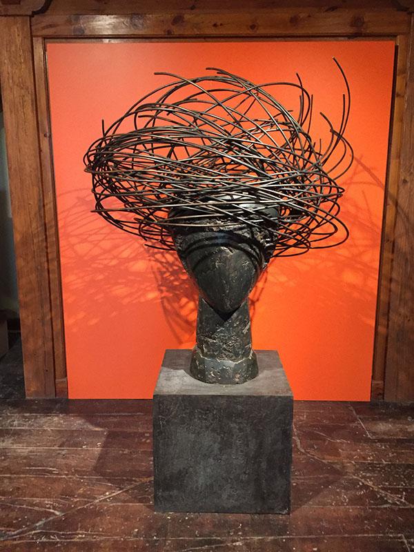 Escultura que da origen al logotipo de la Bodega Otazu
