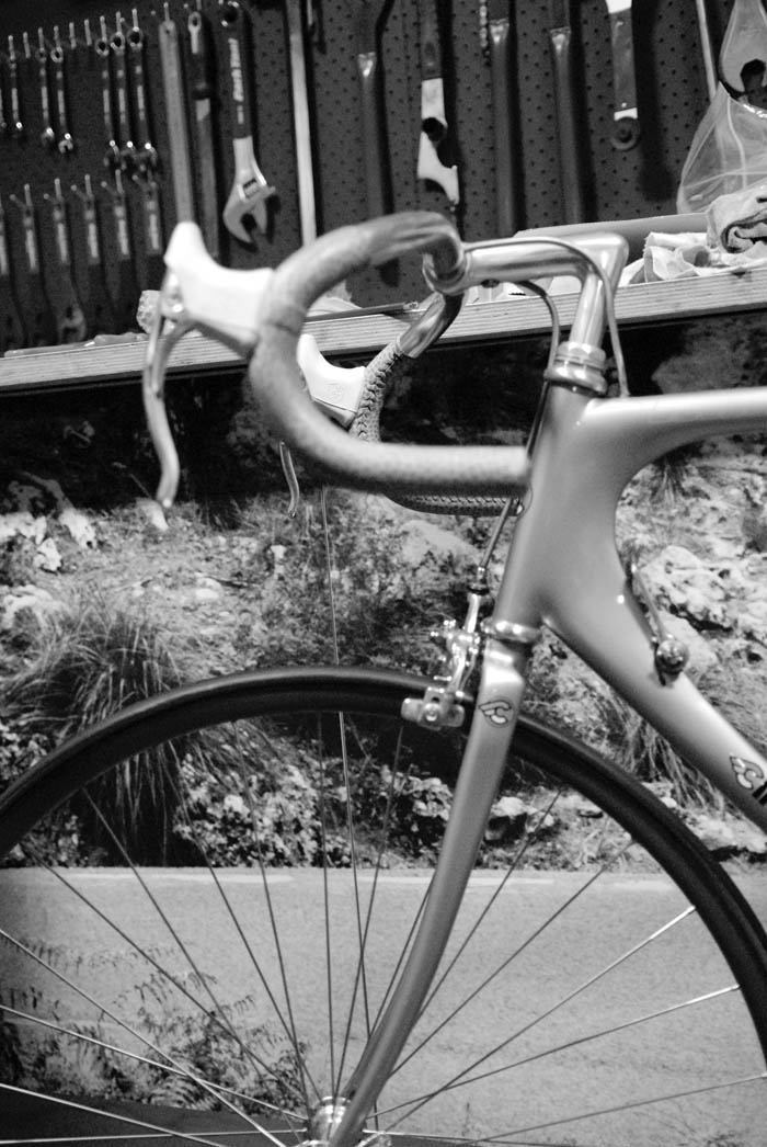 The Cinelli Laser has matching bar warp and seat cover in an animal skin look.