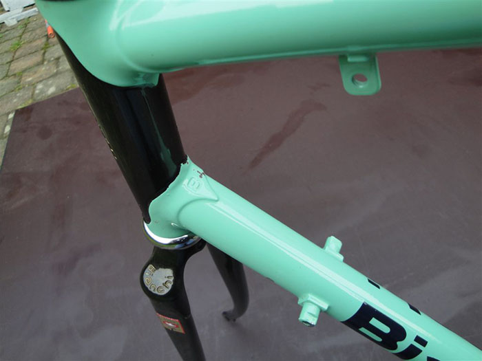 Right up to the 1991 final year version of the Bianchi X4, the frames were supplied and fitted with Campagnolo Corsa Record, friction shift levers. This was one constant for the entire six year production run. The Bianchi X4 fits squarely at the very end of the down tube friction gear shift lever era.