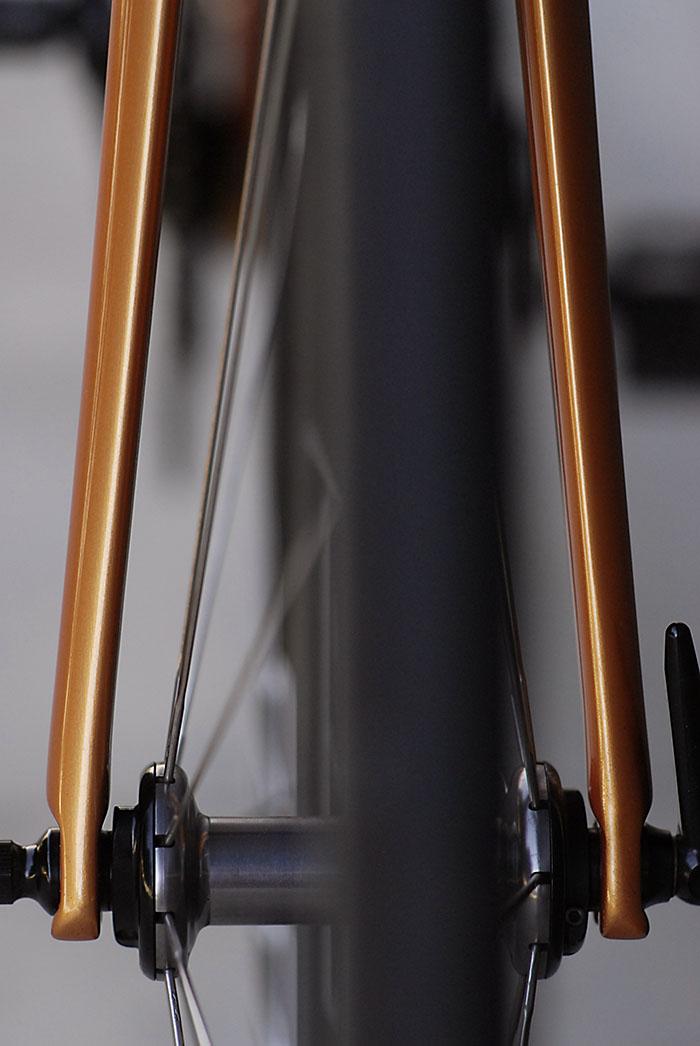 Crisp fork design blends seamlessly with the Zipp 303 front wheel.