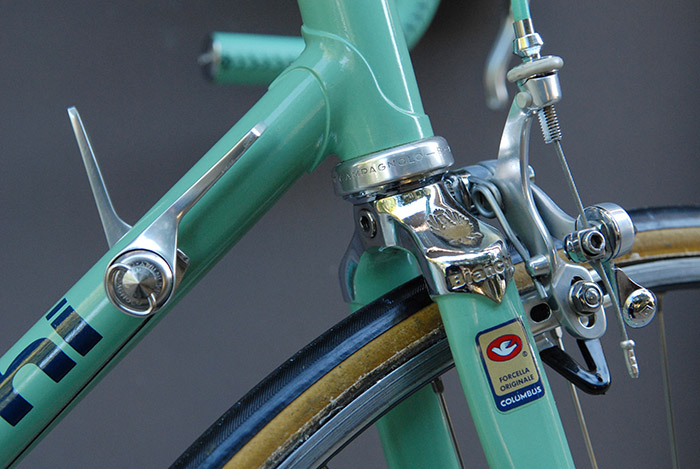 Factory finish on the Bianchi x4 fork crown. Pristine triple chrome plating with hand painted gold detail.