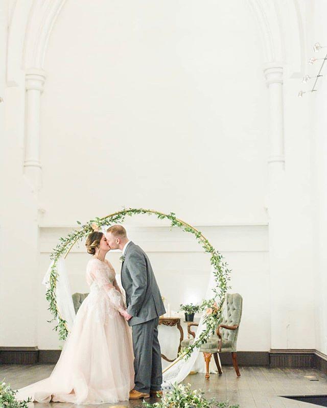 Sweet wedding day kisses 💕 photography: @chelseyandjordanphotography