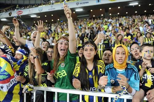fenerbahce-female-fans-turkey-football-nationalturk-0345.jpg