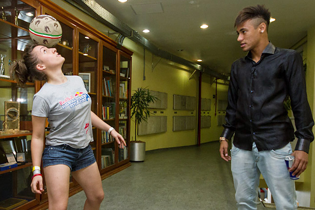 Kitti teaches Neymar Jr a few tricks in São Paulo, Brazil