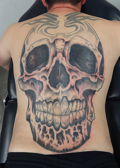 artisanal_tattoo_lou_o'caiside_black_and_grey_skull_backpiece.jpg