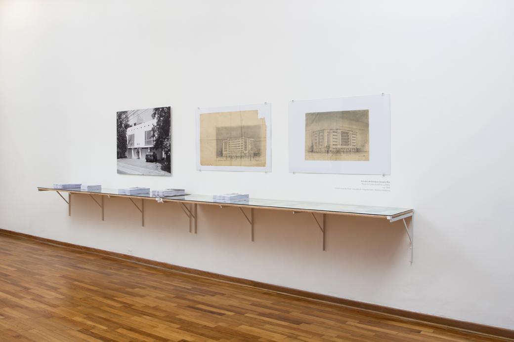 Vista de la instalación. Fotografía de Sebastián Abugattas,dibujos de Enrique Seoane y documentos de archivo.