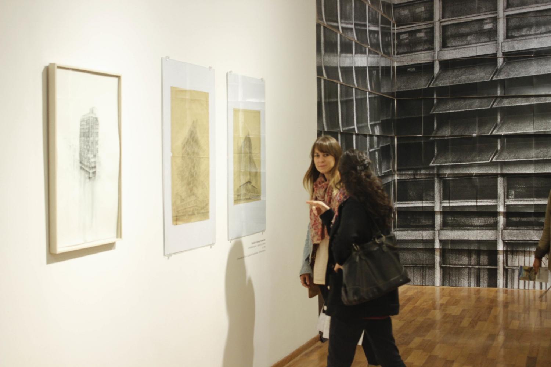 Vista de la instalación. Fantasmagor ía XXXIX,   dibujos de Enrique Seoane e instalaci ón fotográfica de Michelle Llona.