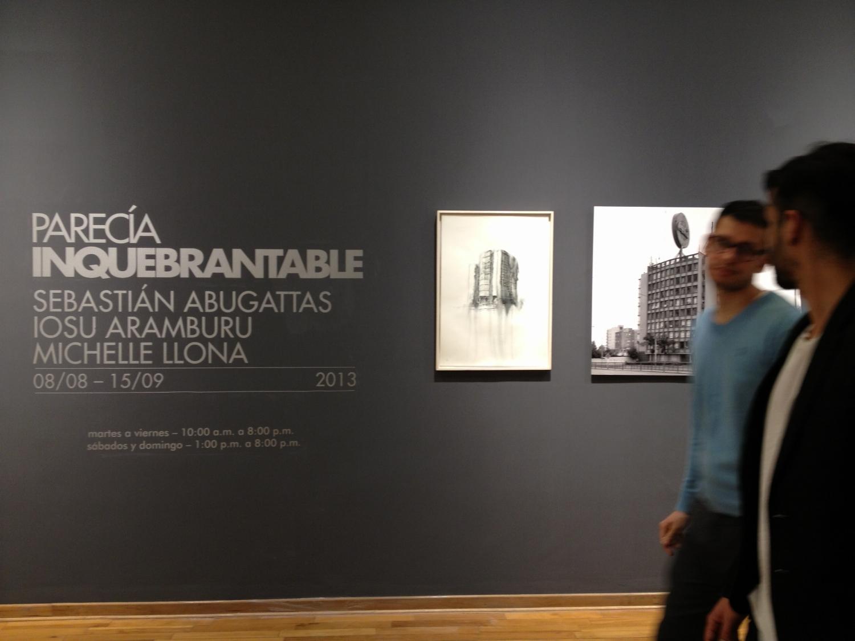 Vista de la instalación.  Fantasmagoría XXXVIII    y  fotografía de Sebastián Abugattas.